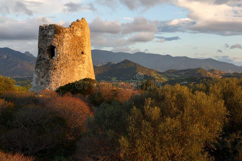 La Sardaigne, Italie - les ruines de la montre dominent image stock