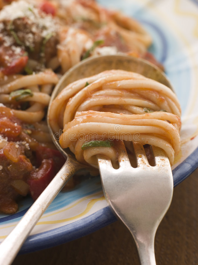 La sauce de spaghetti et tomate a tordu sur une fourchette photos libres de droits