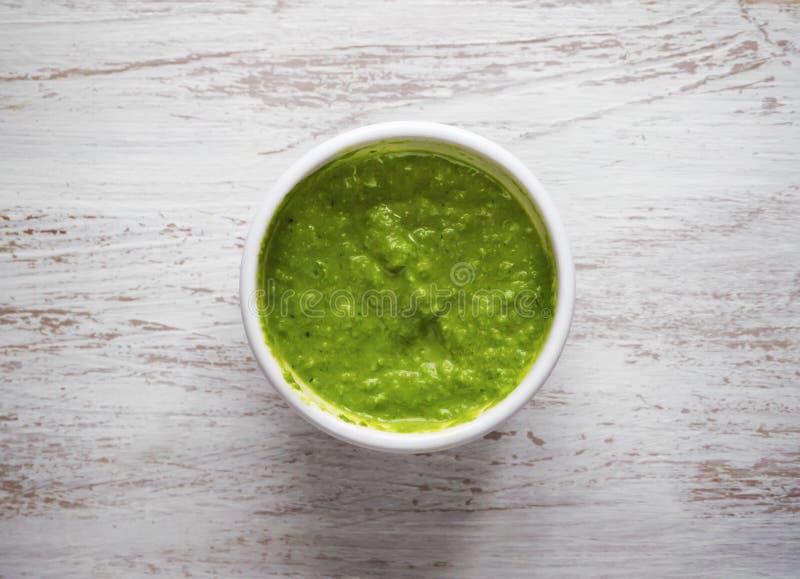 La sauce verte dans une cuvette Vue supérieure images libres de droits
