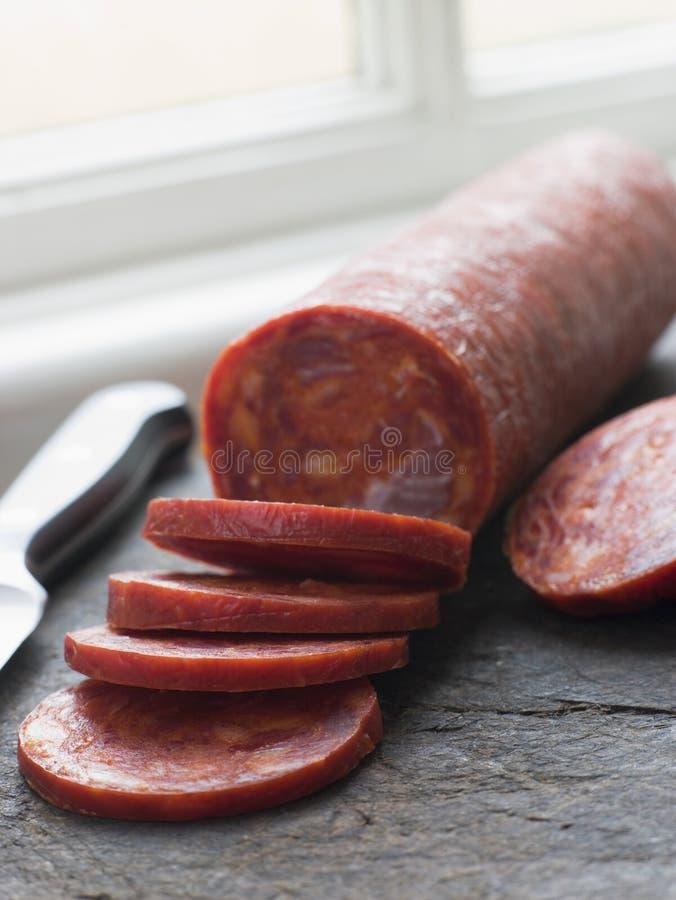 la saucisse de chorizo a découpé en tranches image stock