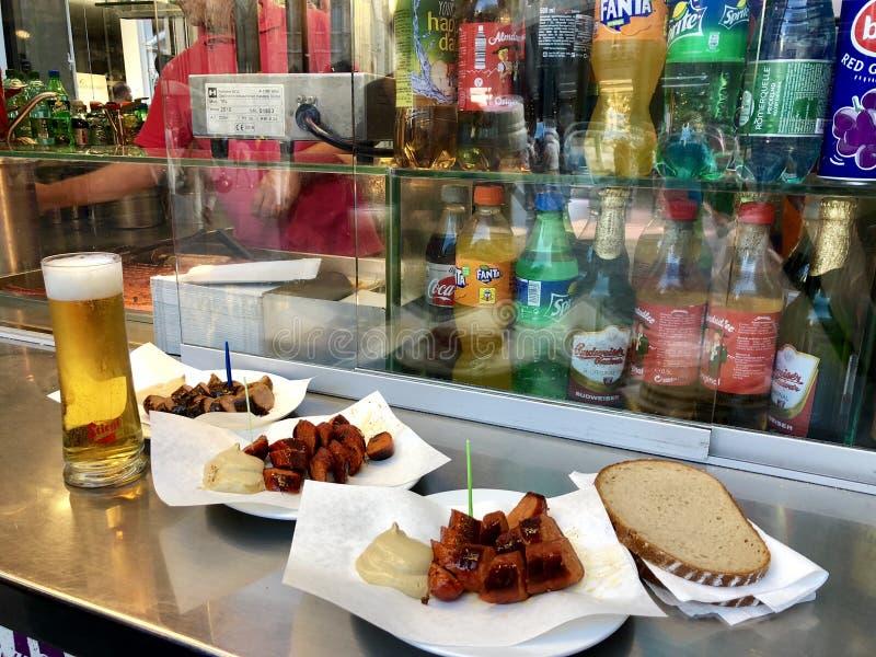 La saucisse de Francfort coupée en tranches a servi avec de la moutarde et le pain chez Zum goldenen le support de saucisse de rs photographie stock