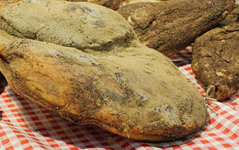 La saucisse fumée de jambon et au bacon a appelé Speck dans le delicatesse italien images stock