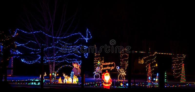 La scène classique de yard de Noël avec Santa, Manger, bonhommes de neige, etc. image stock