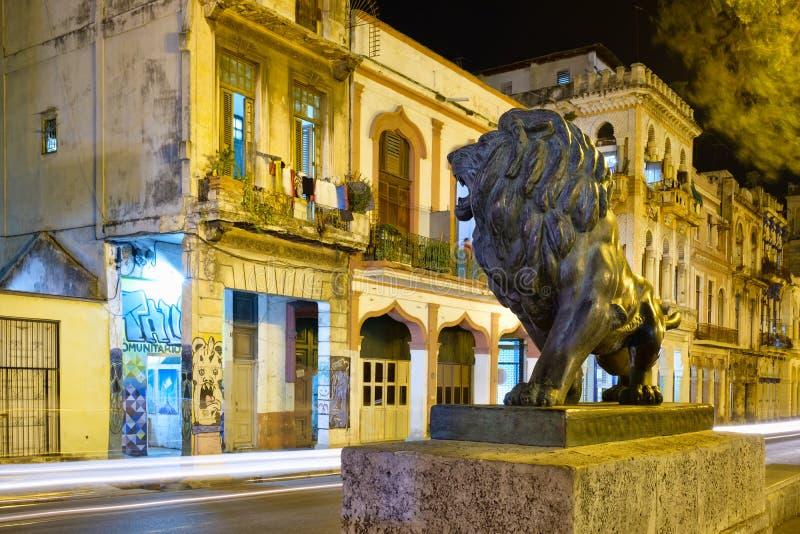 La scène de nuit à vieille La Havane avec un lion en bronze célèbre a considéré un symbole de la ville photographie stock