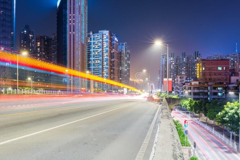 La scène de nuit du trafic urbain avec la lumière traîne sur le passage supérieur photo libre de droits