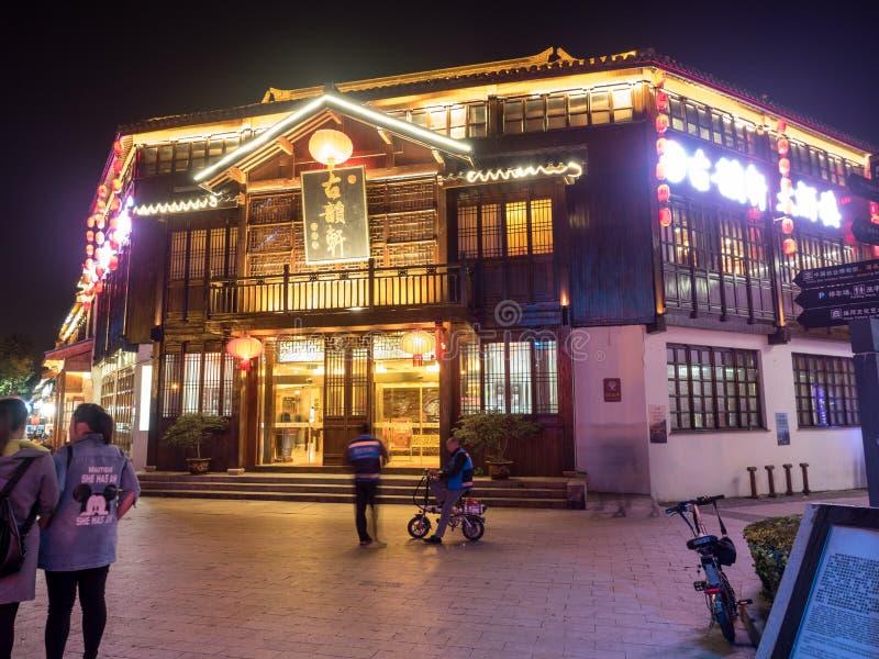 La scène de nuit de la rue de restaurant de Nan-Tchang placent le 11 novembre 2017 photographie stock libre de droits