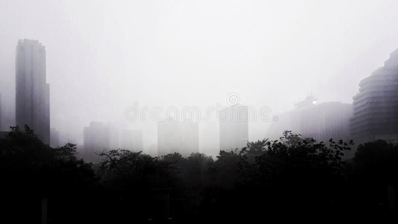 La scène de paysage urbain pendant le jour brumeux images stock