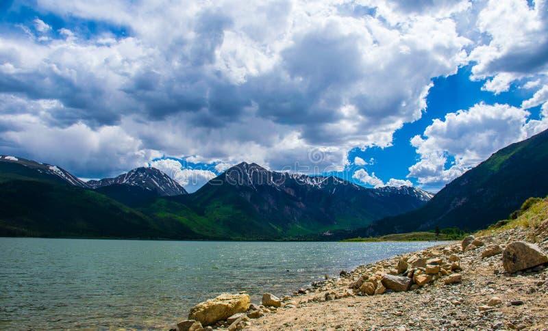 La scène jumelle de montagne du Colorado de lacs opacifie le roulement dedans photographie stock libre de droits