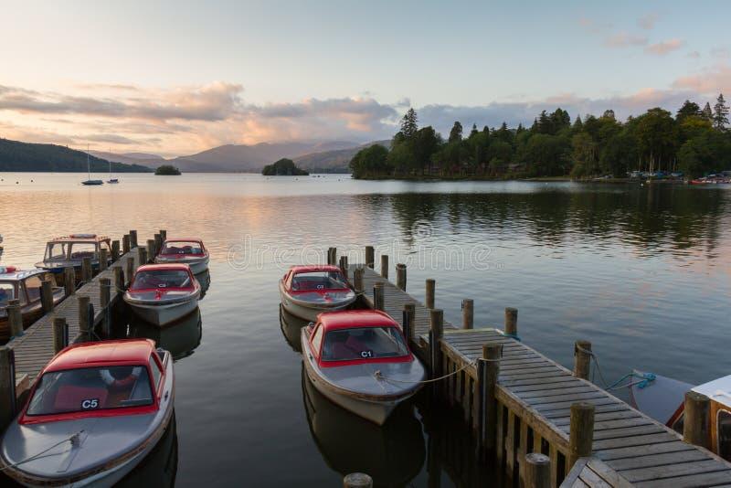 La scène tranquille de crépuscule des bateaux a amarré dans des piliers dans le lac Windermere photographie stock libre de droits