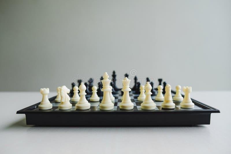 La scacchiera mostra la direzione, i seguaci e le strategie di successo di affari fotografia stock