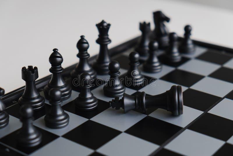 La scacchiera mostra la direzione, seguaci e le strategie di successo di affari, capi devono essere umili immagini stock libere da diritti