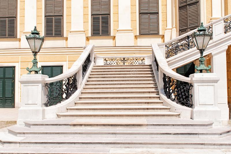 La scala anteriore del palazzo di Schonbrunn a Vienna fotografia stock