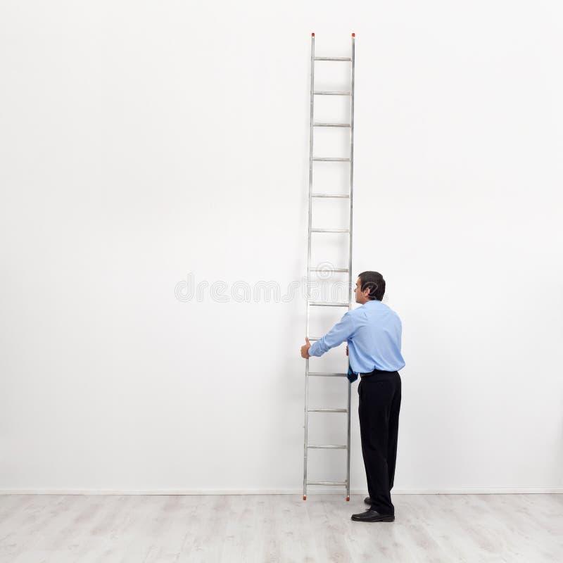 La scala corporativa - uomo d'affari all'inizio del trasportatore fotografia stock