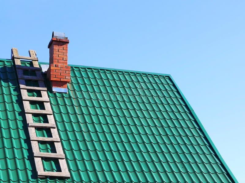 La scala di legno su colore della menta ha piastrellato il tetto fotografie stock libere da diritti