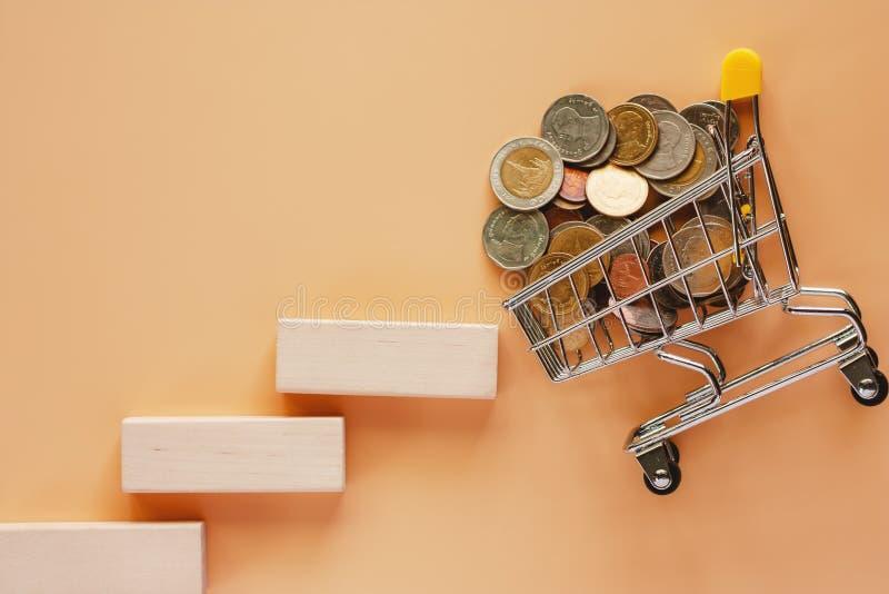 La scala ed aumenta del giocattolo di legno al mini carrello o tro fotografie stock libere da diritti