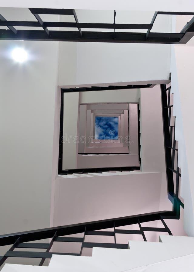 La scala a spirale prende un quadrato fotografie stock libere da diritti
