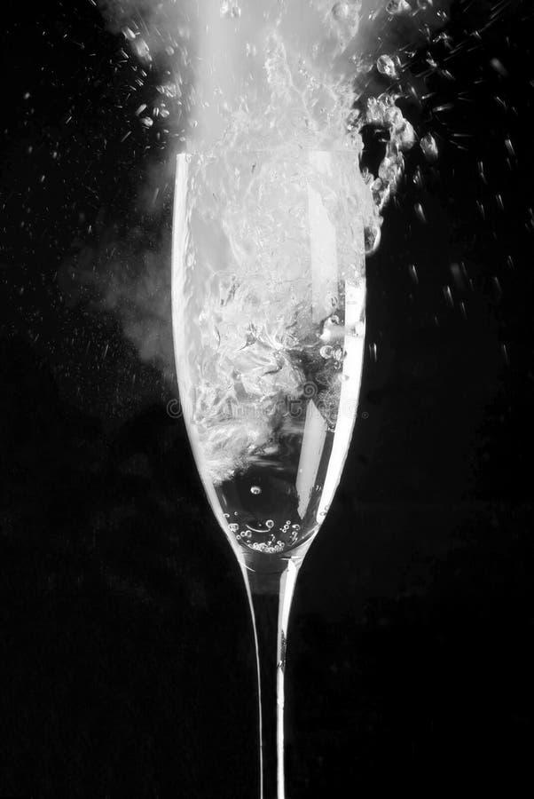 La scanalatura di Champagne ha riempito di spumante fotografia stock