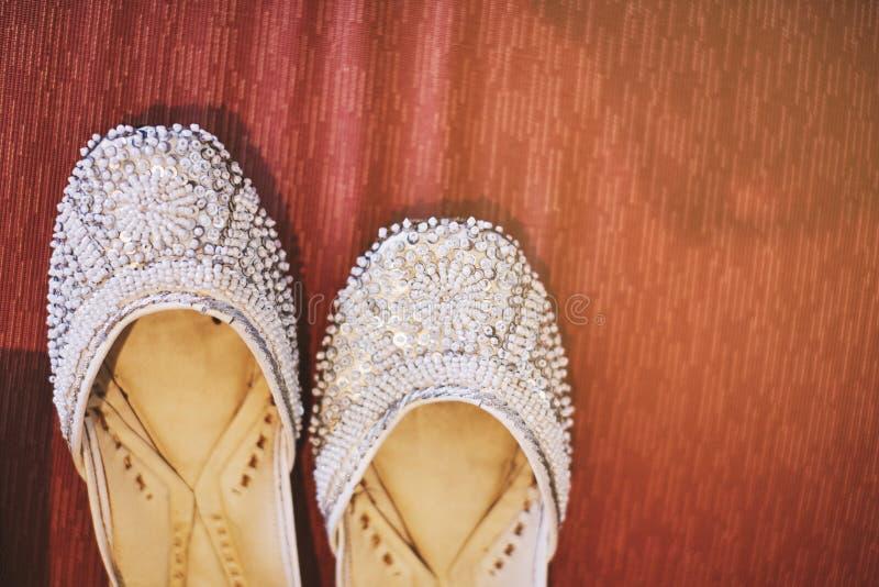 La scarpa bianca della pompa del ` s delle donne con scintillio ha ornato la progettazione del modello della sposa indiana immagine stock