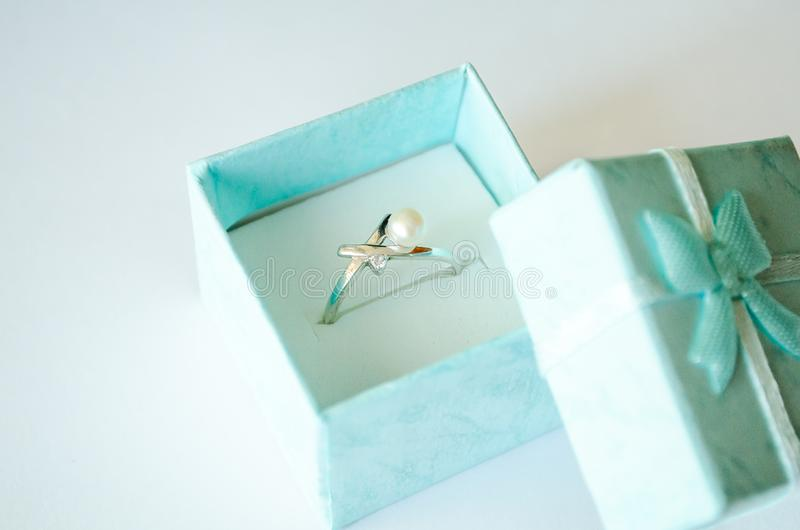 La scatola Scatola blu Orobochka con un anello Korobochka con un anello e le perle Anello con zirconio e le perle Anello d'argent immagini stock libere da diritti