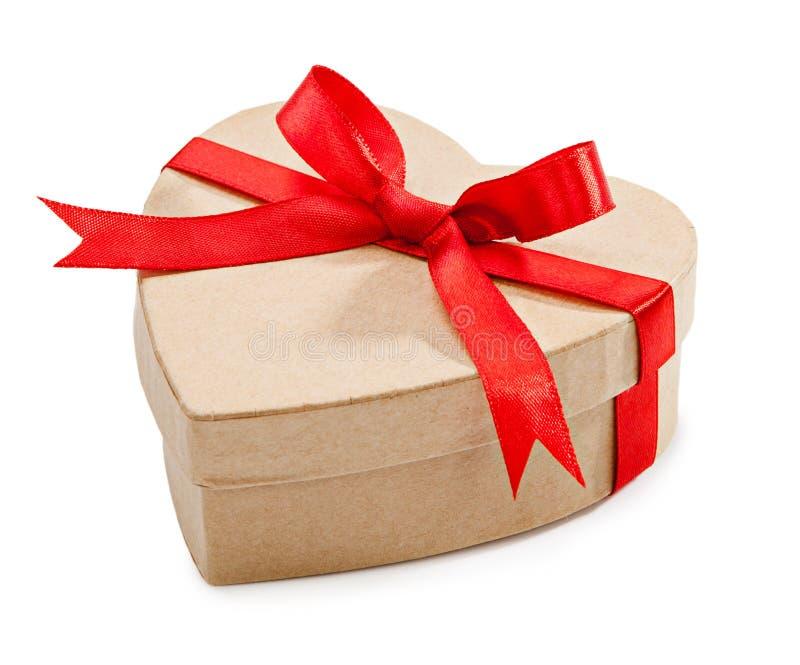 La scatola di cartone con il nastro rosso in forma