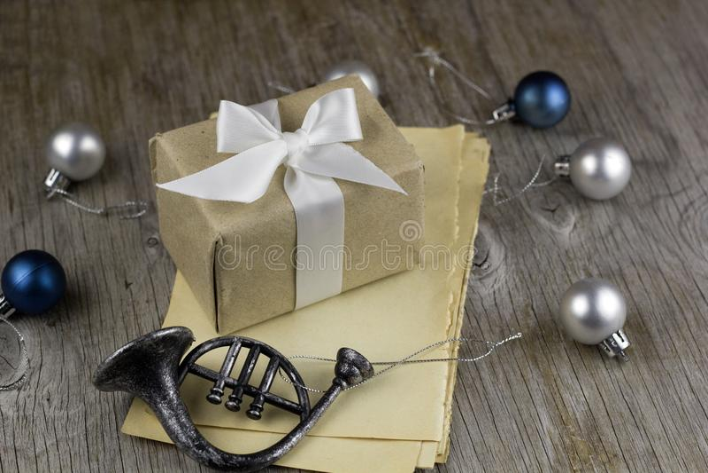 la scatola festiva con natale decorativo di festa del nastro del raso gioca immagine stock libera da diritti