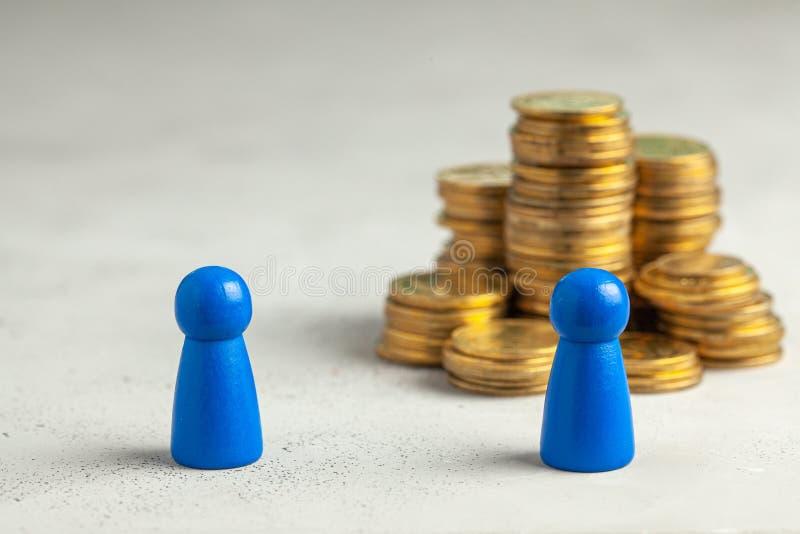 La scelta fra un impiegato inesperto e un impiegato con esperienza con i grandi soldi di stipendio immagini stock