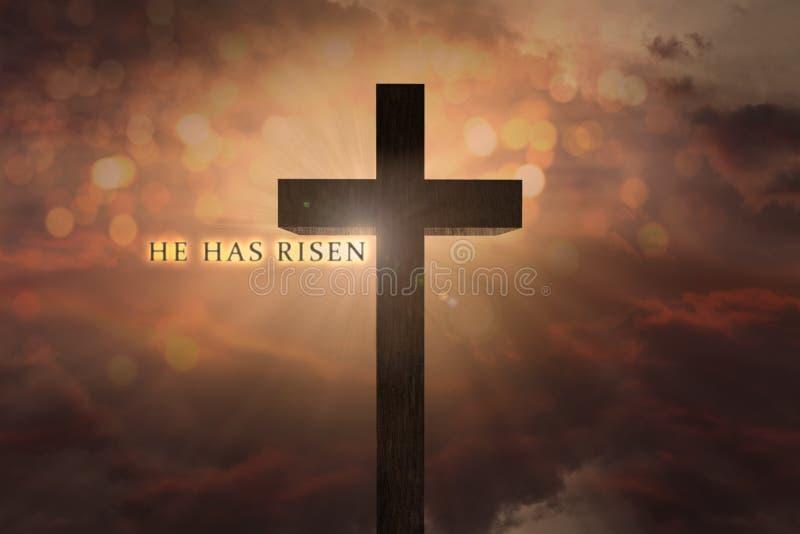 La scena celeste con l'incrocio di legno di Jesus Christ elevato sul cielo e sul lui ha testo aumentato su un fondo del tramonto fotografia stock