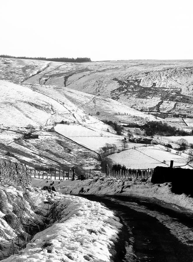 la scena dello smow con la piccola strada campestre nel Yorkshire attracca fotografia stock