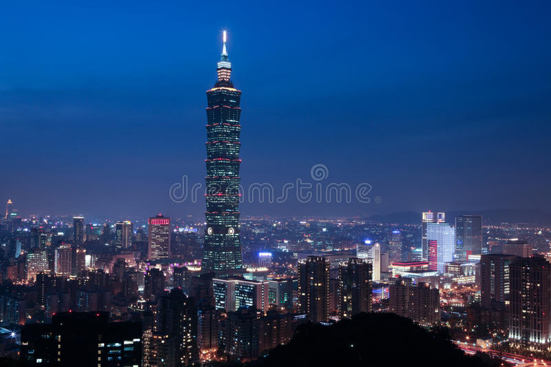 La scena di notte della città di Taipeh immagine stock
