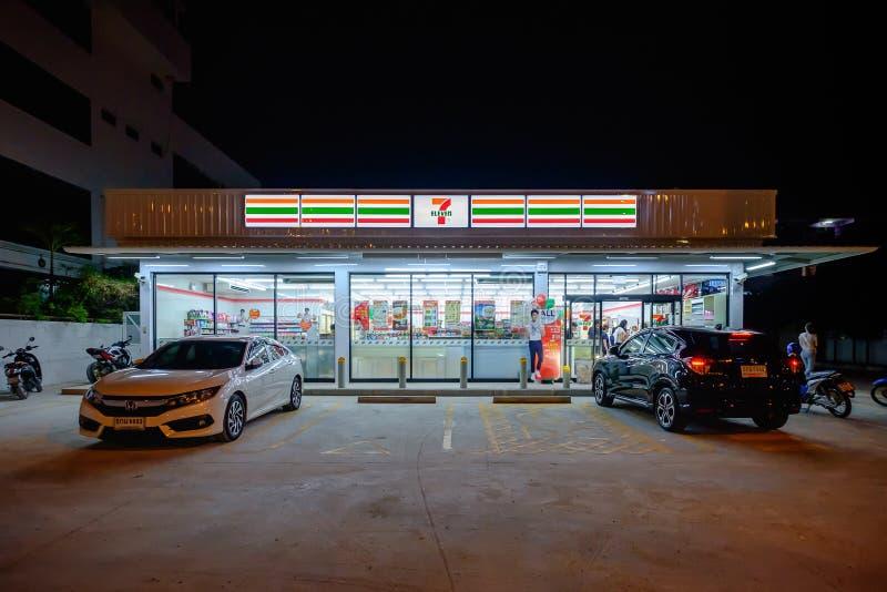 La scena di notte, 7-Eleven ? il pi? grande operatore del mondo fotografia stock