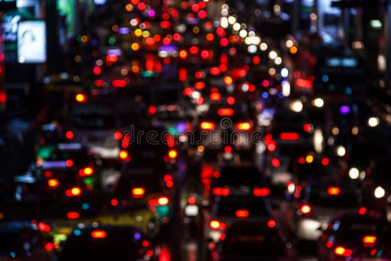 La scena di notte sfuocato si accende dalle automobili in ingorgo stradale grave dopo le ore lavorative nel centro direzionale Sf fotografia stock libera da diritti