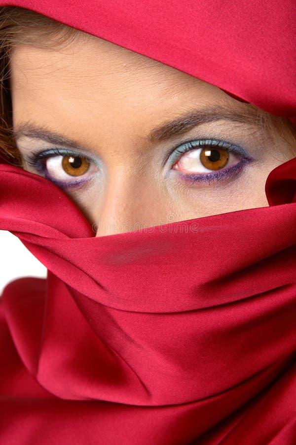 La sciarpa rossa ha coperto la donna immagini stock