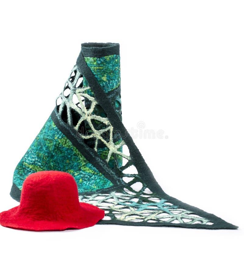 La sciarpa verde delle donne di lana felted con un cappello rosso immagine stock
