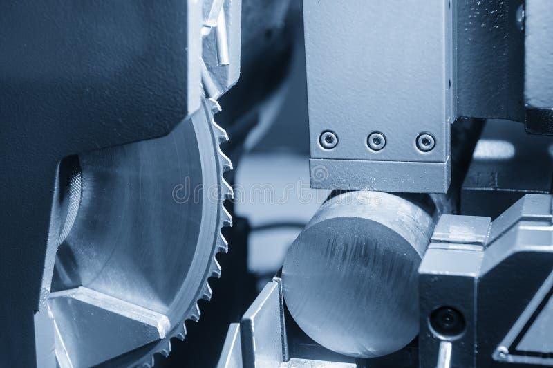 La scie industrielle pour couper la tige en métal photo stock