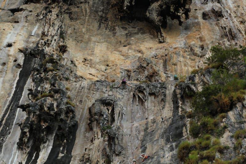 La scogliera rampicante della spiaggia della Tailandia TonSai della donna dell'uomo oscilla gli sport estremi fotografia stock libera da diritti