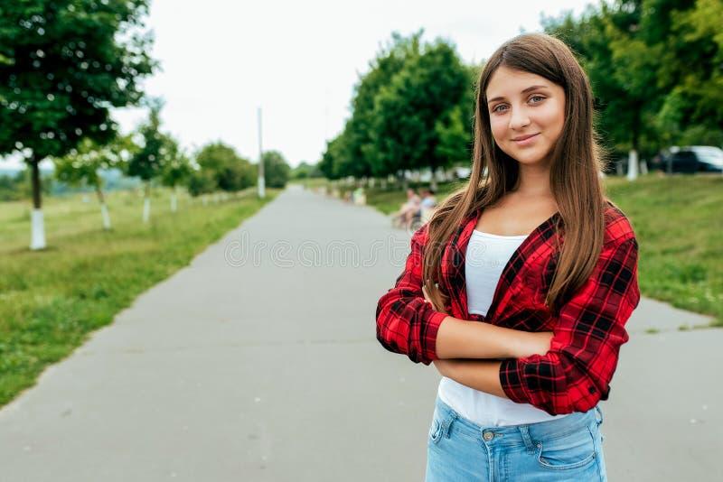 La scolara felice di anni dell'adolescente 13-16 della ragazza, sta la strada di estate in città dopo scuola Città di fine settim fotografie stock