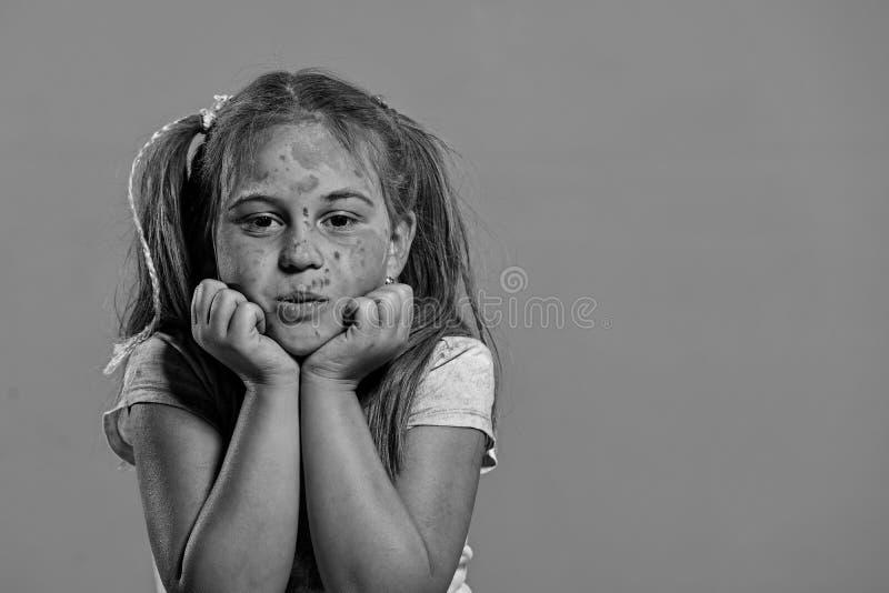 La scolara ha punti della pittura sul fronte Bambini e concetto di creatività fotografia stock libera da diritti