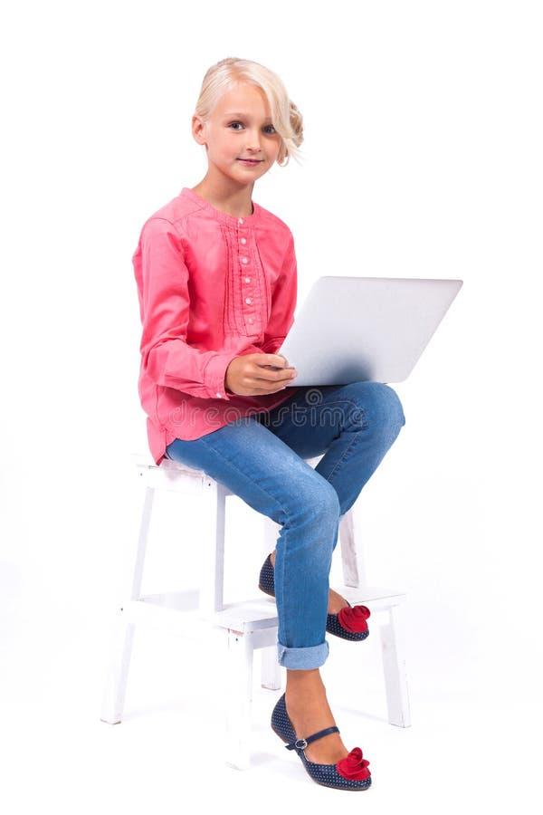 La scolara sorridente impara e comunica con l'aiuto del modo immagini stock libere da diritti