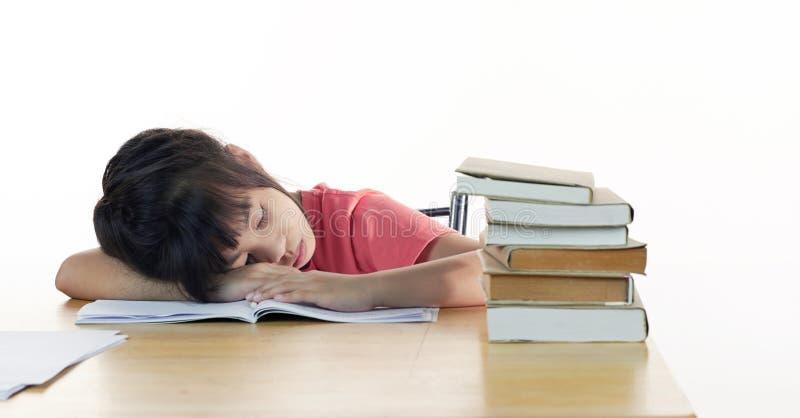 La scolara stanca dorme allo scrittorio immagini stock