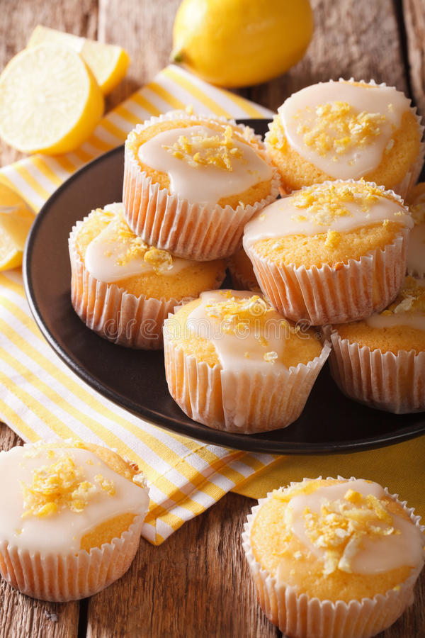 La scorza casalinga al forno deliziosa dei muffin del limone spruzza di recente il Cl fotografie stock libere da diritti