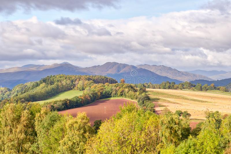 La Scozia e Ben Chonzie maestoso nella distanza che trascura i campi ed i prati scozzesi adorabili immagini stock