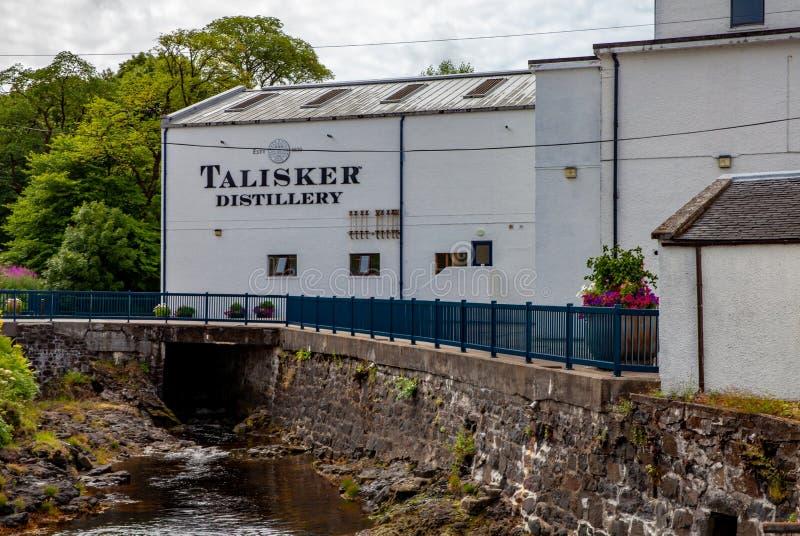 La Scozia, isola di Skye - luglio 2018: Distilleria del whiskey di Talisker fotografia stock