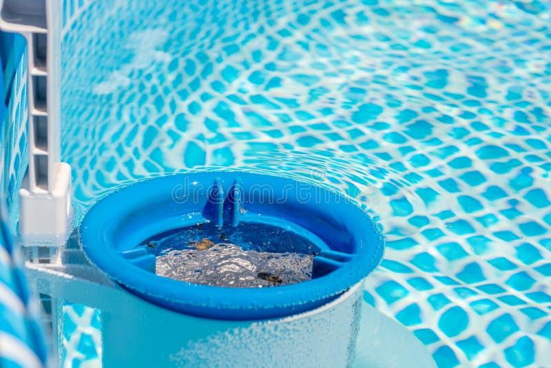 La scrematrice di superficie libera l'acqua dello stagno delle impurit? immagini stock