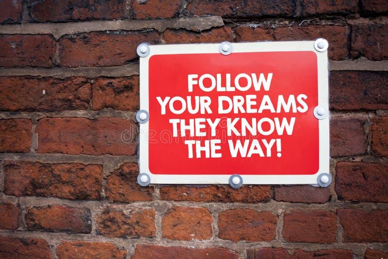 La scrittura del testo della scrittura segue i vostri sogni che conoscono il modo Concetto che significa motivazione di ispirazio immagine stock