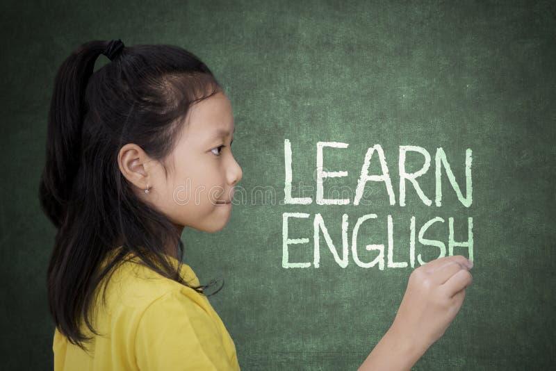 La scrittura della studentessa impara il testo inglese fotografia stock libera da diritti