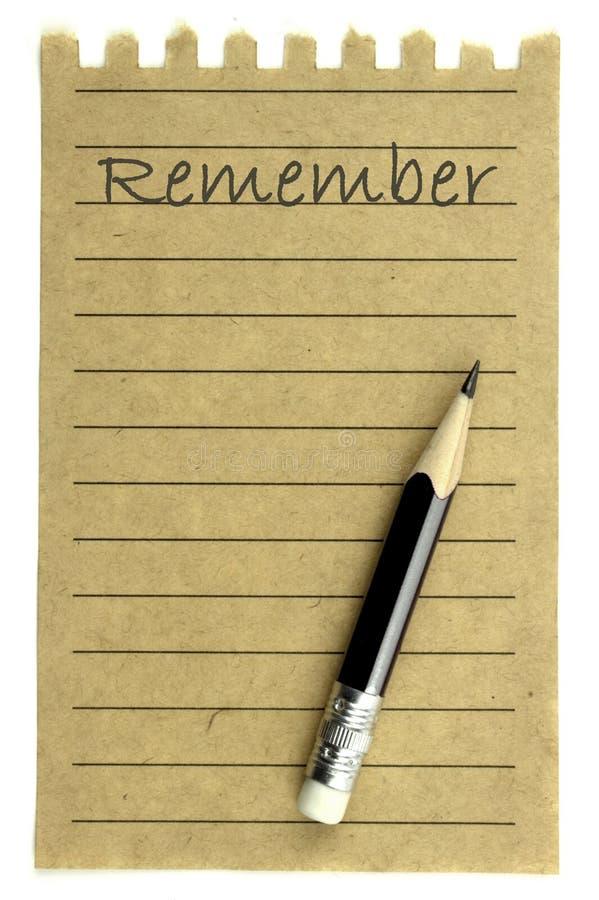 La scrittura si ricorda su una carta per appunti e su una matita naturali immagini stock libere da diritti