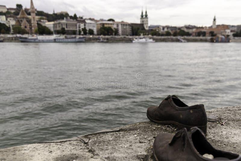 """La sculpture """"chausse sur le Danube """"dans l'hommage aux personnes tuées par les fascistes, Budapest photos libres de droits"""