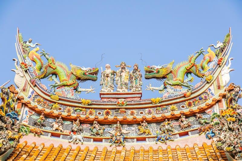 La sculpture chinoise en dieu sur le dessus de toit du temple chinois et un certain espace pour écrivent les mots, conception uni photo libre de droits