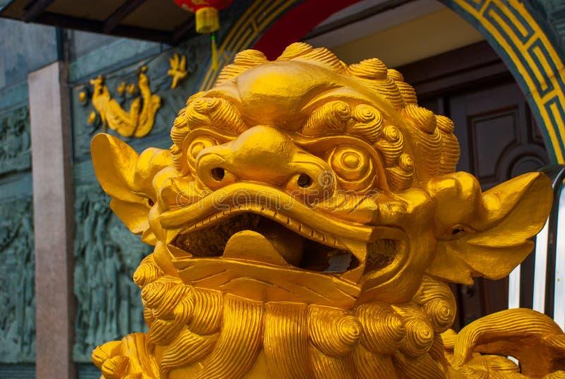 La sculpture d'or à l'entrée Tua Pek Kong Chinese Temple Ville de Bintulu, Bornéo, Sarawak, Malaisie image stock