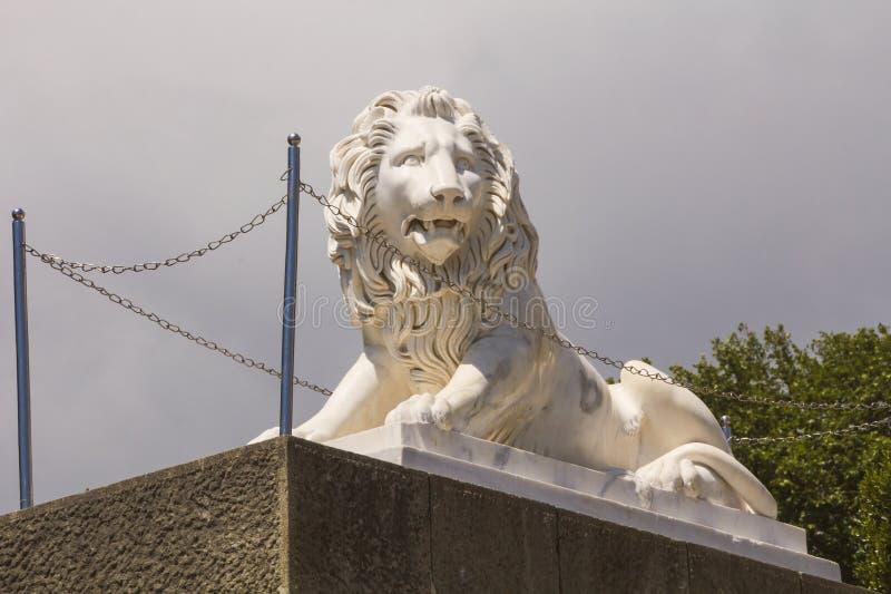 La sculpture d'un lion en pierre, entourée par des chaînes, garde l'entrée au palais crimea photographie stock